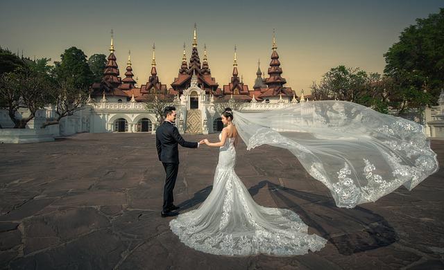 Dans sa robe blanche : une princesse devient reine